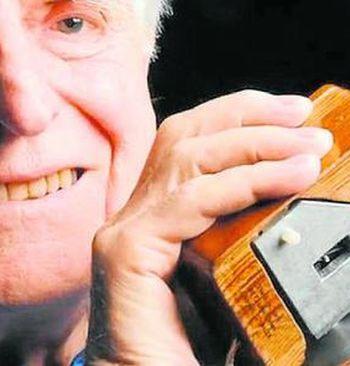 Douglas Engelbart amb el primer ratoli