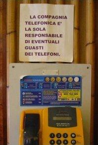 Cartell al telèfon públic de la cafeteria romana Tazza d'Oro